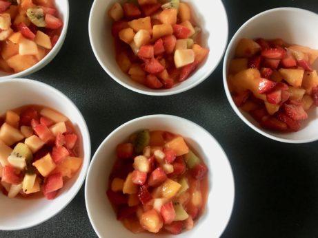 Připravte si zdravou svařinku plnou vitamínů. Tropický salát spomerančovou zálivkou.
