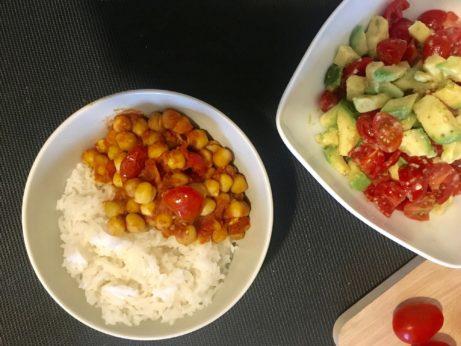 Indická kořeněná cizrna srýží Basmati. Vegetariánská večeře, kterou nemůžete zklamat.