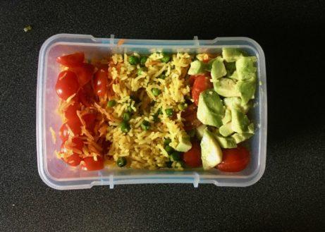 jednoduchý obšd ssebou - kari rýže savokádovým salátem