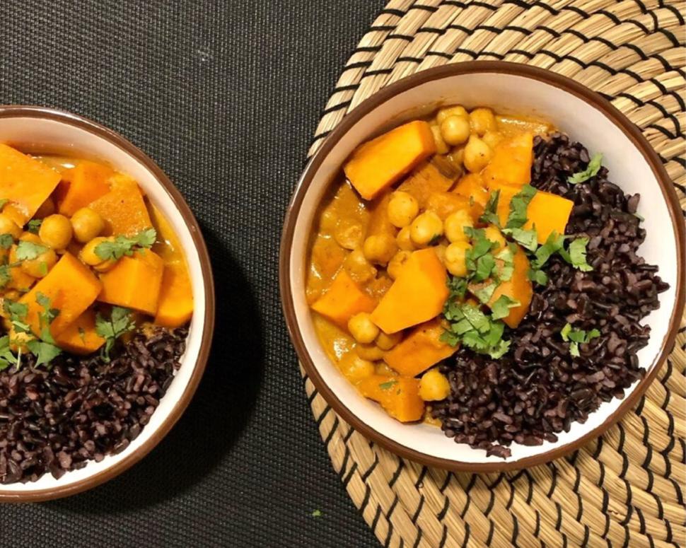 cizrnovo-batátové curry s divokou rýží