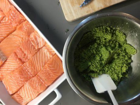 Jednoduchý recept napečeného lososa vbylinkové krustě