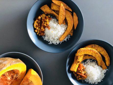 Touto pečenou dýná skvěle doplníte jakkékoliv jídlo. Díky Tamari amajoránce má skvělou chuť.