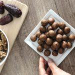 Zdraví svařinka plná živin - nepečené ořechové kuličky se skořicí.