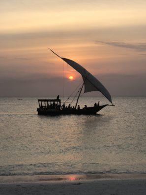 Západ slunce naZanzibaru je nádherný aje jedno jestli jste vtypické plachetnici nebo sedíte napláži.