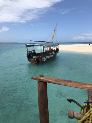 Kolem Zanzibaru je spousta malách ostrůvků. Když je příliv, tak jsou celé pod vodou. Když je odliv, tak se . naně dostanete typickou rybářskou lodí.