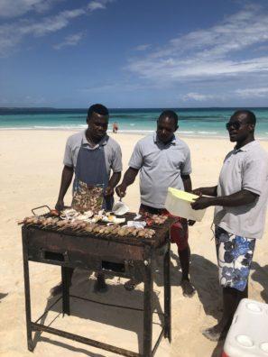 Nádherné pláže, jemný bílý písek adokonalý oběd, který vám připraví místní. To je Zanzibar