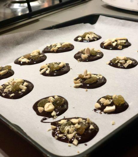 placiřky zhořké čokolády asušeného ovoce. BEz lepku, mléka acukru