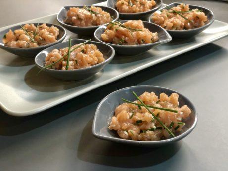 Jednoduché apřitom skvělé jídlo, které máte hotové zachvilku. Lososový tatarák spažitkou asezamem.