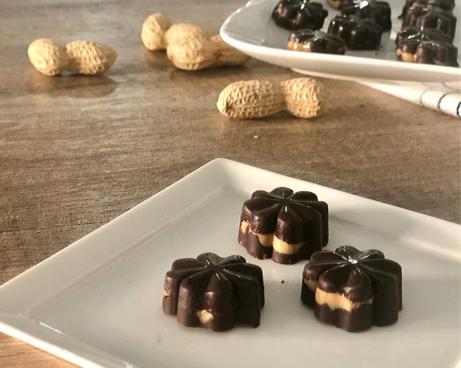 Čokoláda aarašídové máslo - touto kombinaci nemůžete nic zkazit. Vyzkoušejte zdravé pralinky.