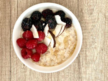 Ovesná kaše smalinami akokosem - zdravá snídaně bez lepku, mléka acukru