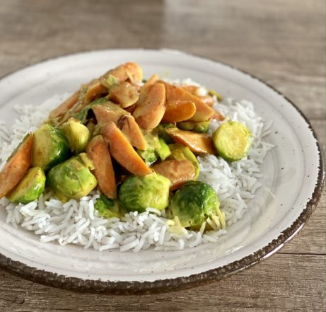 Zelenina nakari skokosovým mlékem.Jednoduché, rychlé azdravé jídlo.