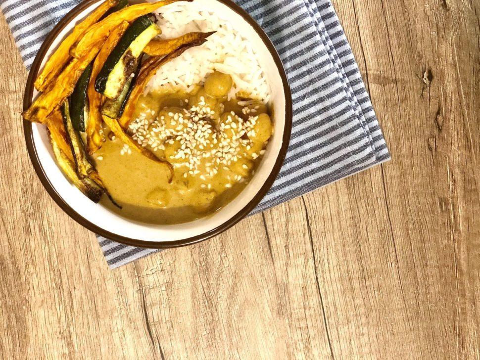 Zdravé vegetariánské jídlo - cizrna scurry-kokosovu omáčkou azeleninou