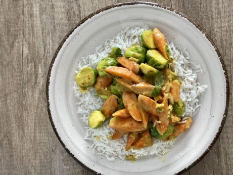 Rychlé azdravé jídlo, které je přirozené bez lepku imnléka. Zeleninové kari skokosovým mlékem.